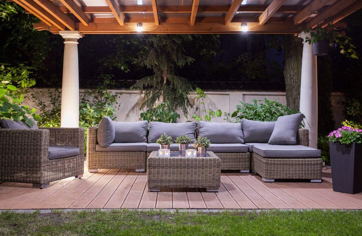 Installer un salon de jardin sous une pergola