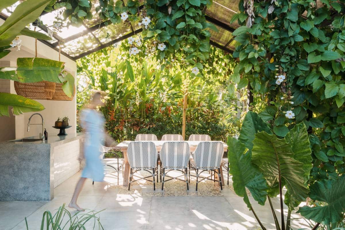 Quel salon de jardin installer sous une pergola
